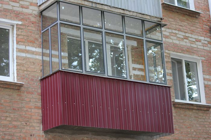 Остекление балконов и лоджий металическим профилем.